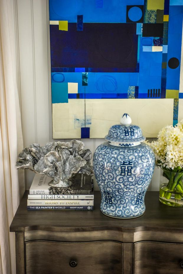 hgtv_dream_home_2015_great-room_blue-urn-artwork_v.jpg.rend.hgtvcom.1280.1920