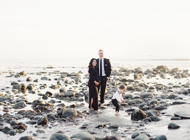 thegreatromance-formal-family-portrait-beach